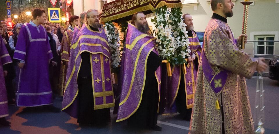 ФОТОАЛЬБОМ: Богослужения Страстной пятницы на подворье
