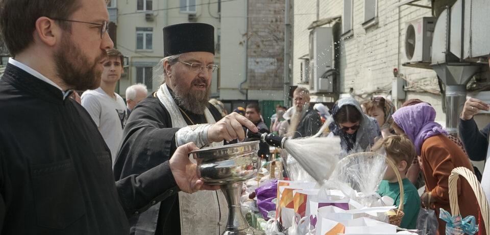ФОТОАЛЬБОМ: Освящение куличей на подворье в Великую субботу
